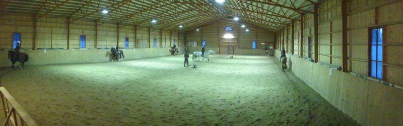 Tänään illalla piipahdin Vaahteramäen Ratsastuskoululla. Hevosen selkään en tällä kertaa päässyt, mutta katsellen harjoiteltiin.
