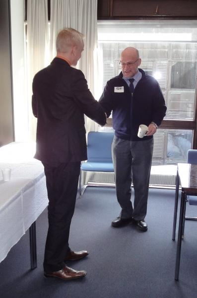 Pitkäaikainen Lopen samoojien aktiivi Juhani Kurki oli myös mukana vierailulla. Tässä ojennan Jussille vierailijakahvikuppini.