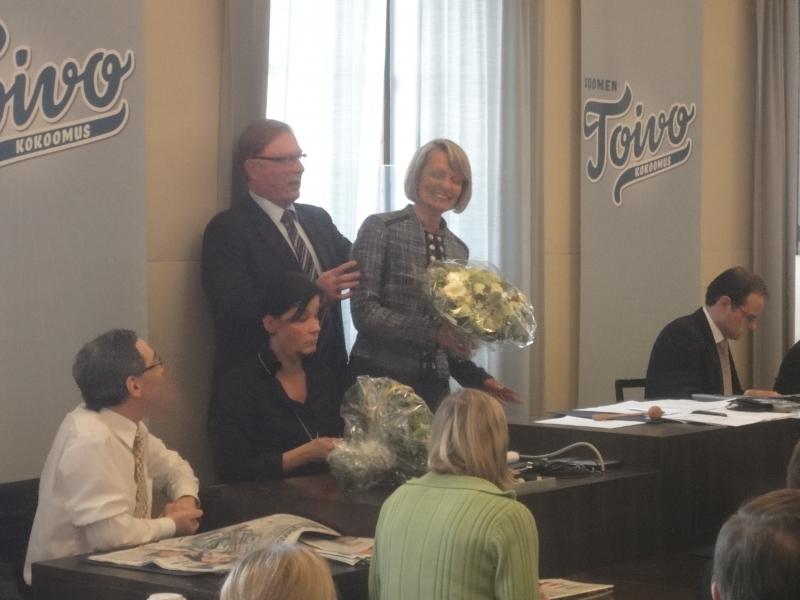 Eilen siis eduskuntaryhmämme sai uuden varapuheenjohtajan. Mikkeliläinen ensimmäisen kauden kansanedustaja Lenita Toivakka sai onnittelukimpun ryhmämme puheenjohtajalta Pekka Ravilta heti valinnan jälkeen. Lenitasta saimme ryhmämme johtoon erinomaisen osaajan ja kovan tekijän. Hieno juttu.
