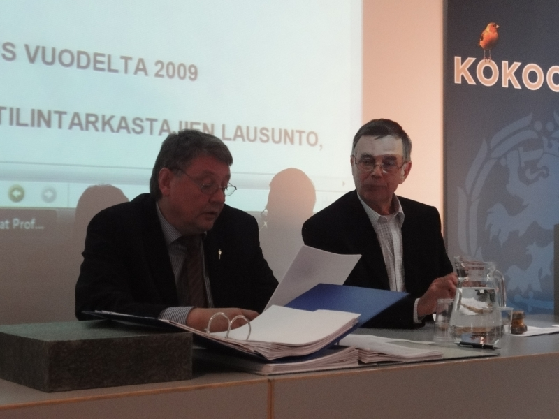 Jussi Kökkö eilen viimeisessä piirikokouksemme toimihenkilönä. Näin 24-vuotinen pitkä ura Hämeen Kokoomuksen toiminnanjohtajana päätökseen, mutta olen varma, että Jussi työ kokoomuksen hyväksi jatkuu. Vieressä tässä kuvassa eilen kokoustamme johtanut entinen kansanedustaja Timo Seppälä. Seppälä myös johti eduskuntavaalien ehdokasasettelumme työryhmää, jonka eilinen antama esitys yhdestätoista eduskuntavaaliehdokkaasta hyväksyttiin. Kolme paikkaa täytetään myöhemmin piirimme ylimääräisessä kokouksessa.