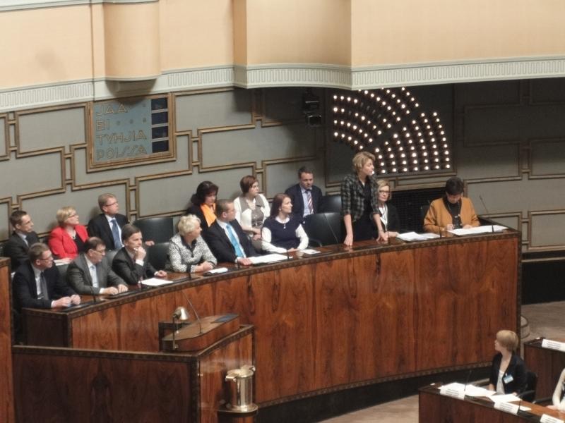 Opetusministerimme Henna Virkkunen vastaamassa Nuorten Parlamentin edustajien kysymyksiin kyselytunnilla.