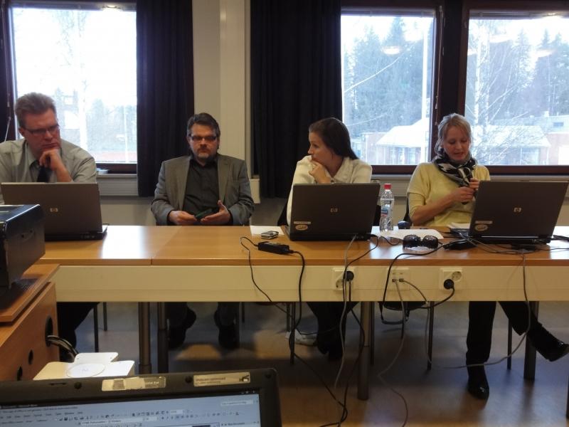 Lopen Kokoomuksen kunnanhallitusryhmäläisiä ryhmäkokouksessa ennen illan kokousta.