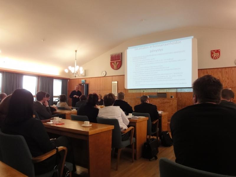 Tänään Riihimäen valtuustosali täyttyi seutukuntamme kunnanhallituksien edustajista ja valtuustojen puheenjohtajista sekä Kanta-Hämeen Sairaanhoitopiirin edustajista. Esillä siis erikoissairaanhoito Hämeessä 2015. Mielenkiintoinen seminaari-ilta.