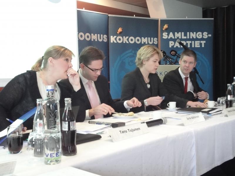 Puolueemme johtoa tänään puoluehallituksen kokouksessa. Oikealta - luonnollisesti - varapuheenjohtajamme Sampsa Kataja ja Henna Virkkunen, sitten puheenjohtajamme Jyrki Katainen ja puoluesihteerimme Taru Tujunen.