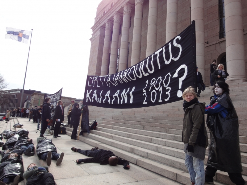 Päivällä eduskunnalla siis Oulun Kajaanin OKL:n väkeä luovuttamassa yli 10 000 allekirjoituksen adressin OKL:n säilyttämisen puolesta.