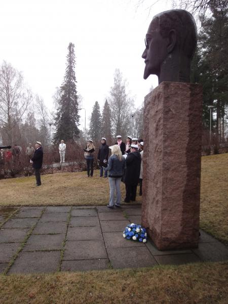 Tänään päivä - vapunpäivä - alkoi tavan mukaan Lopen kirkonmäeltä Yrjö Sakari Yrjö-Koskisen patsaalta. Kaikkien yhteinen Sinivalkoinen vappu keräsi jälleen kivasti väkeä vaikka ei aivan sitä mitä viime vuonna upeassa auringonpaisteessa.