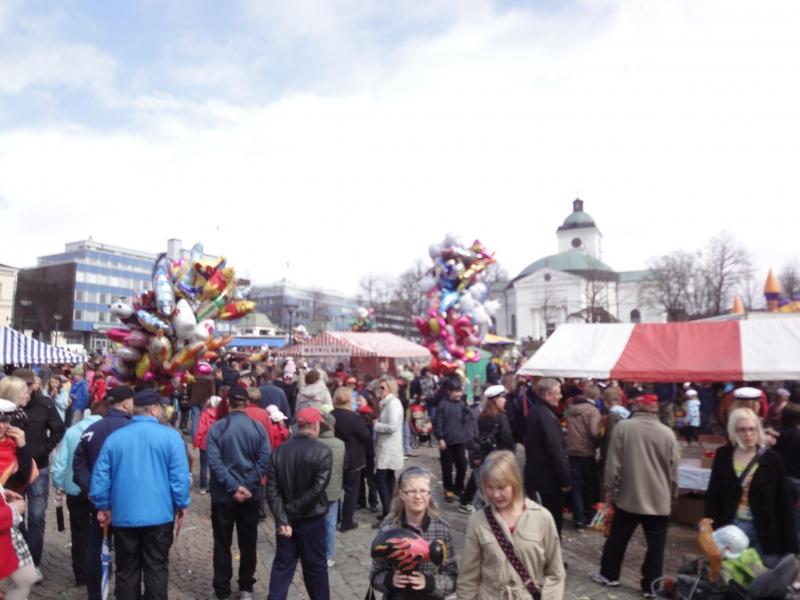 Lopelta sitten kiirehdin Hämeenlinnan torille ja Kokoomuksen Vappujuhlaan. Sielläkin hieman tihkuinen sää väkeä vähensi, mutta tunnelmaa se ei latistanut.