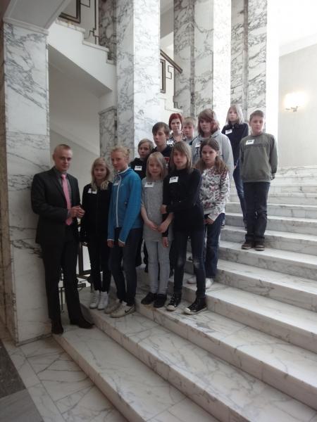 Opettaja Minna Viskarin johdolla tänään vieraanani kävi jokauvuotiseen tapaan Tervakosken alakoulun oppilaskunnan aktiiveja. Hienoja ja reippaita ja asiaatuntevia 5-6-luokkalaisia. Kiva porukka.