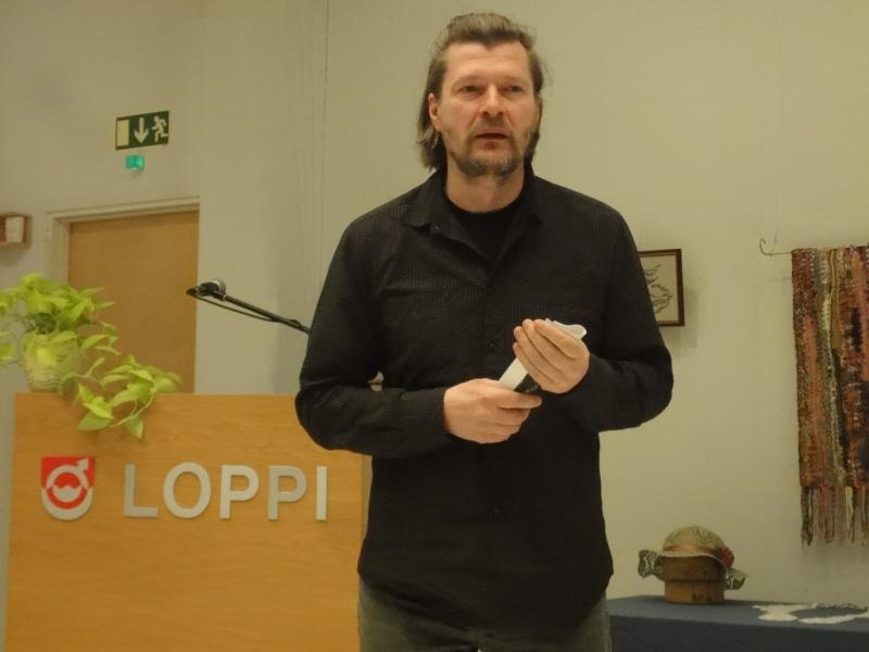 Filosofi, kirjailija, Juhani Peltosen kirjallisuusseuran yksi perustajajäsenemme Johannes Ojansuu oli tämän kertaisen päivän yksi pääesiintyjä. En pysty kuvailemaan hänen puhettaan. Aivan uskomaton. Ajatuksia ymmärtämyksestä ja minuudesta tuon Juhani Peltosen runon innoittamana.