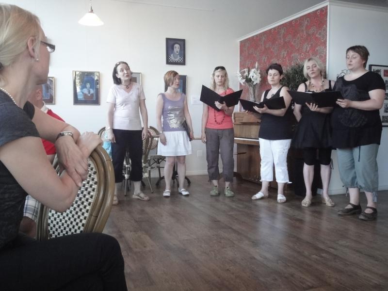 Tässä nyt muutama kuva Feeniksin Keväisestä Hetkestä. Esiintymässä siis joukko ystäviäni Timotei-kuorosta, sitten Leila Tschokkinen ja Derya Özgün ja Jaakko Kivijärvi.