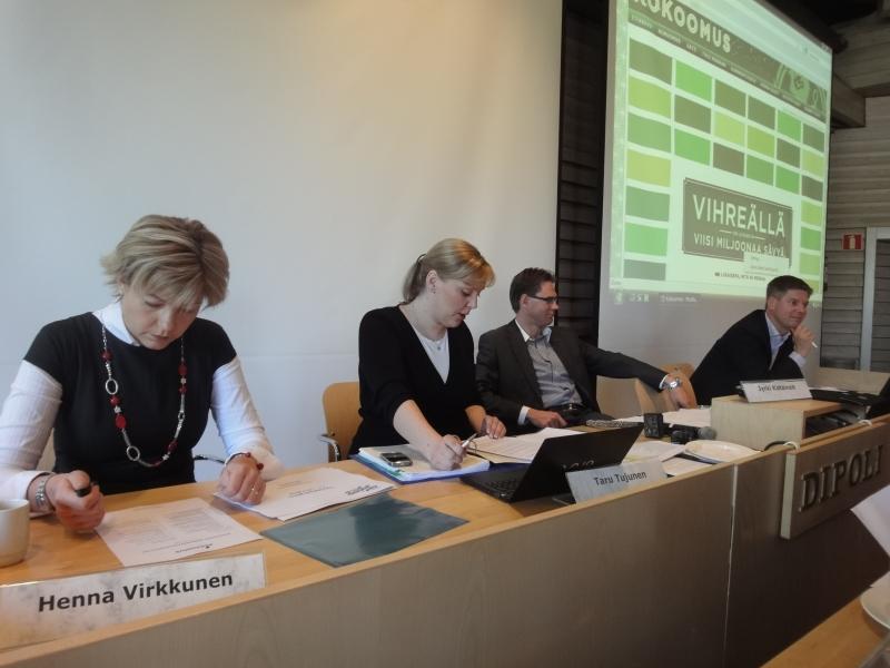Aamu alkoi tänään Espoossa puoluehallituksen kokouksella. Puoluejohtomme kokousta johtamassa.