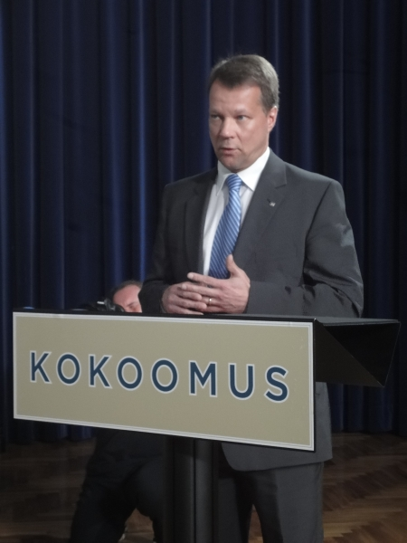 Sitten siirryimme puoluevaltuuston puheenjohtajan Jukka Mäkelän johdolla avoimeen yleisötilaisuuteen