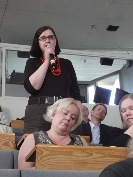 Merja Vahter yleisökeskustelussa.