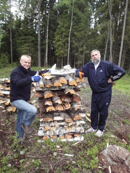 Juha Miedon kanssa puutalkoissa Lopella. Olipahan hauska illansuu ja aivan erinomaisen hyvät ruuat. Kiitos talkoiden emännälle. Me nautimme Jussin kanssa.