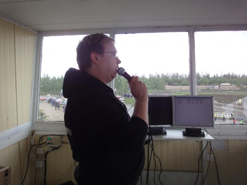 Aikanaan itse aloitin pääselostajana kun rallicrossi tuotiin uudestaan Suomeen. Monta vuotta ensin liveselostajana SRC:ssä ja sitten vielä tv-ohjelmienkin parissa. Tällä kertaa oli mukava vain katsella ja seurata ja antaa Tico Anttosen hoitaa selostus. Ammattimies.
