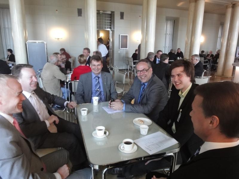 Lahtelainen nuori kahdeksasluokkalainen aktiivi Janne Mattila oli eduskunnassa kollegallani Ilkka Viljasella TET-harjoittelussa. Nuorisovaltuutettu ja PLAN-aktiivi Janne on minulle tuttu kaveri nuortenparlamentistä ja olikin mukava nähdä jälleen. Tässä porukalla ennen kyselytuntia kahvilla. Oikealta Jukka Mäkelä, Janne Mattila, Ilkka Viljanen, Jari Larikka, Ilkka Kanerva ja minä.
