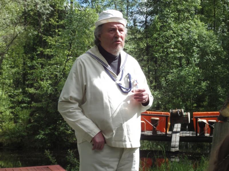 Taiteilija Mikael Vesper kertomassa ateljeekodistaan ja myös vuoden näyttelystä.