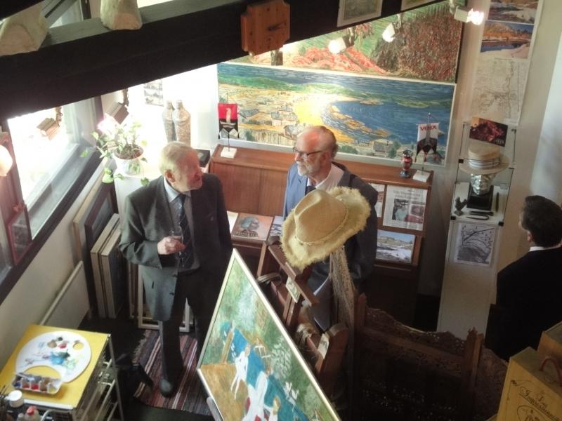 Lopen entinen kunnanjohtaja Olavi Sampo ja kotiseutuneuvos Ahti Gåpå (oik) näyttelyn avajaisissa.