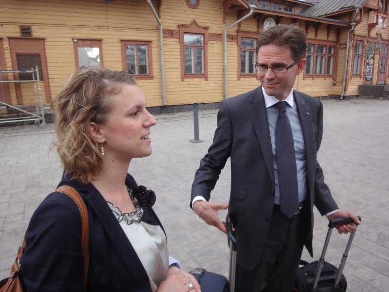 Jyrki Katainen ja Fatbardhe Hetemaj perillä Jyväskylässä.