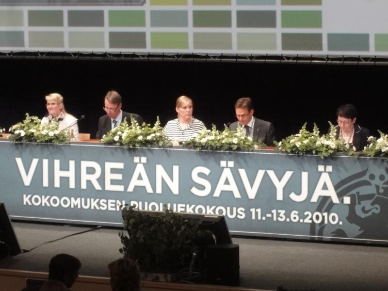 Ja tästä se sitten alkaa. Puheenjohtaja Jyrki Katainen avaa Vihreän sävyjä -puoluekokouksemme.