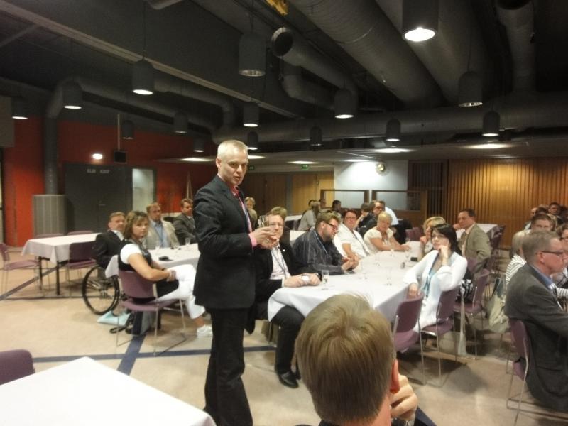 Hämeen Kokoomuslaiset kokoontuivat ryhmäkokoukseen perjantaina kuohuviinin merkeissä.