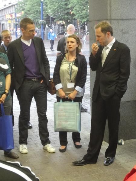 Hei, me puhutaan maahanmuutosta-tapahtuma Jyväskylän keskustassa, kävelykadulla. Mukana tapahtumassa ulkoministeri Alexander Stubb, vuoden 2009 pakolaisnainen Fatbardhe Hetemaj ja Kansallisten Maahanmuutajien puheenjohtaja Radu Szekely.