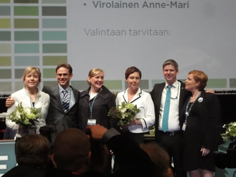 Vastavalittu puolueen johto: varapuheenjohtajat Henna Virkkunen, Sampsa Kataja ja Anne-Mari Virolainen, puoluevaltuuston puheenjohtaja Laura Räty, puheenjohtaja Jyrki Katainen ja puoluesihteeri Taru Tujunen.