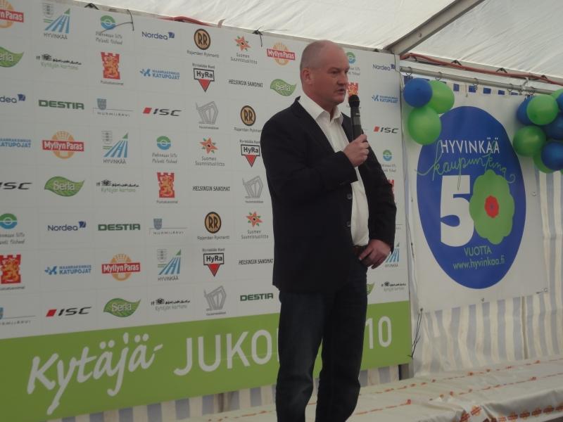 Kaupunginjohtaja Raimo Lahti isännöi nyt kaupunkinsa kanssa yli 15 000 suunnistajaa ja parin vuoden päästä sitten varmasti upeimpia asuntomessuja. Hyvinkäällä menee hyvin.