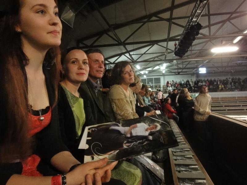 Tallilaisiamme showta seuraamassa. Oikealta Minna Varis, Jari Nylund, Tiina Vuotila ja Niina Laine.