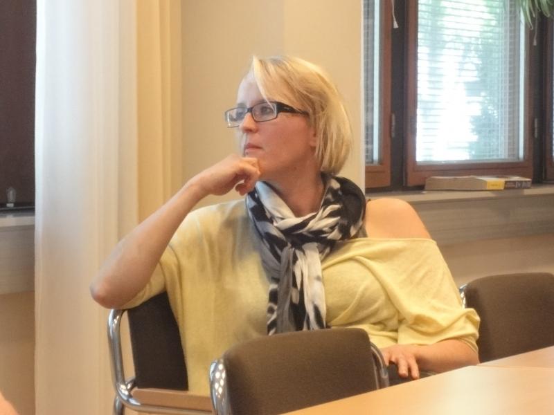 Lopen kunnanhallituksen varapuheenjohtaja Saija Grönholm valtuustoryhmän kokouksessa.