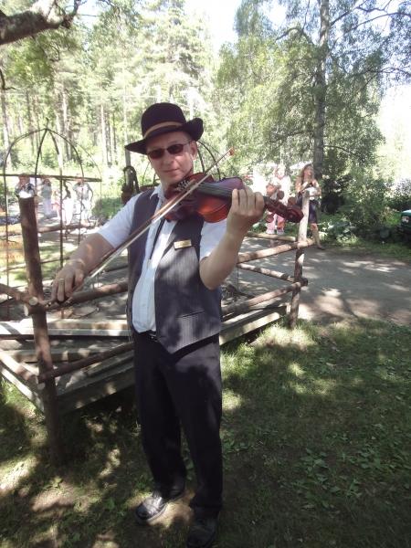 JP Ruuskasen viulu sui upeasti Pappilan pihapiiriss?a toi aivan mahtavan tunnelman auringonpaisteeseen ja lehtipuiden katveeseen.