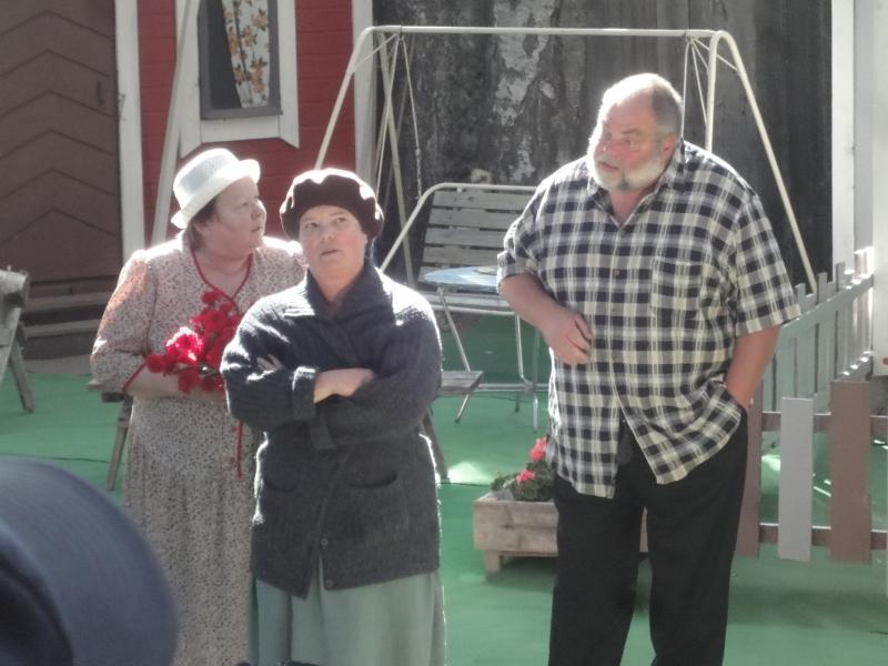 T??eskell?eija Lautanen (Januska) ja oikealla Helge Joutsi (naapuri Kalle Lehto) ja vasemmalla Hannele Ilmonen (Rouva Maija Tyrni)