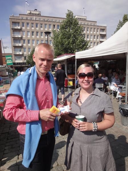 Räsäsen Eeva on tuttu kokoomusnuorista ja aktiivitekijä monesta. Nyt hän kävi moikkaamassa minua uuden kotikaupunkinsa Hämeenlinnan torilla ja muuten paljastan nyt täälläki salaisuuden. Eeva avaa muuten elokuussa upean kenkäkaupan Hämeenlinnaan :) Hieno juttu.