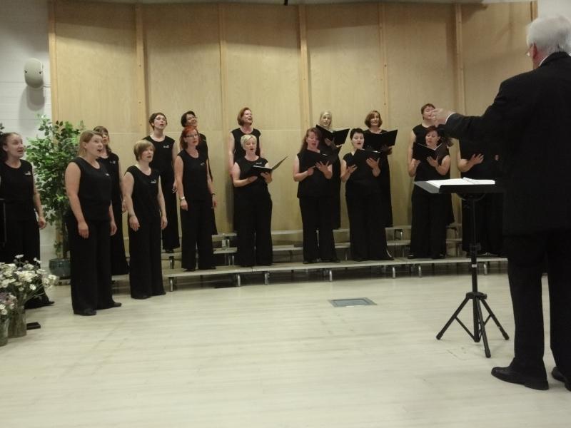 Tänään ilta sitten Lopella dir.can. Pekka Perkon 75-vuotisjuhlakonsertissa ja kuoronjohtajan vaihto Hyvästi kultasein -konsertissa. Tässä tunnelmia illalta ja viimeiseen kappaleeseen kutsuttiin meidät vanhat kuorolaisetkin mukaan. Hieno tunne laulaa jälleen.