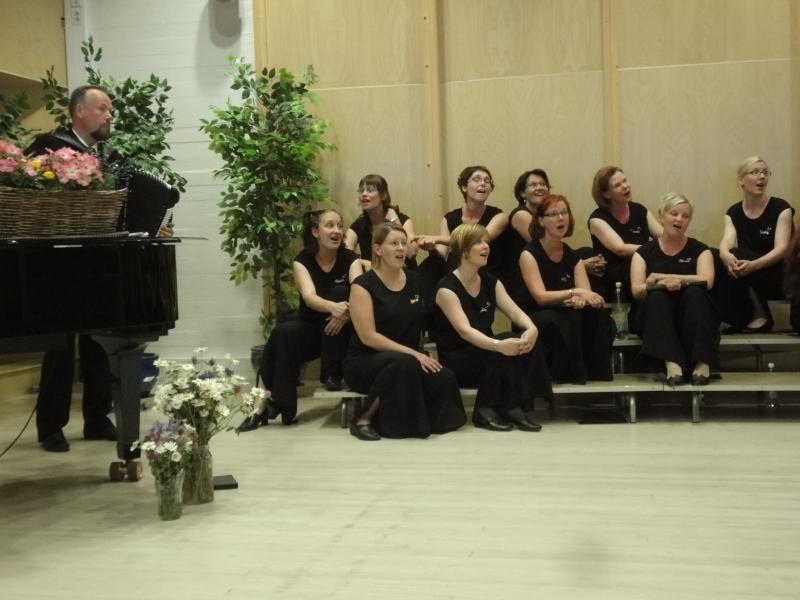 Tapio Rannanmaa oli konsertissa mukana harmonikkansa kanssa. Hieman erilaista kuorokoreografiaa tässä.