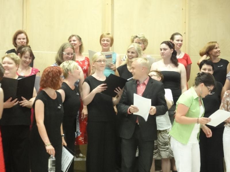 ... ja sitten kutsuttiin mukaan myös meidät kaikki Lopen kuorolaiset eli laulajat vuosien varrelta Lopen Lapsi- ja Nuorisokuorosta. Näin siis minäkin pääsin mukaan.