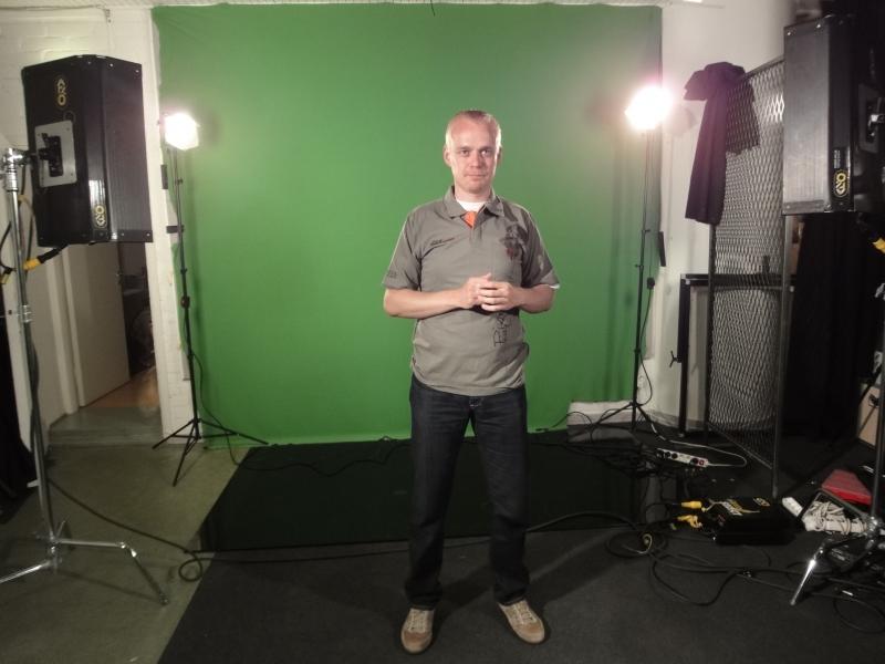 Sitten suihku ja Helsinkiin. Ensin Ilmalaan ja siellä teimme tulevalle lauantaille MTV3:lle Motorforumin Rata-SM-ohjelman. Tältä se näyttää kun kuvaamme....
