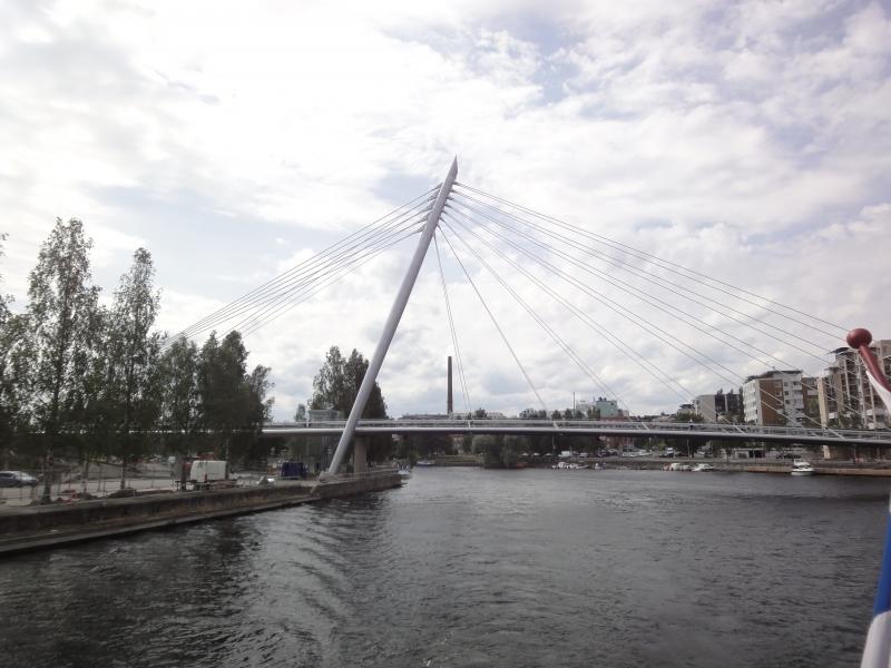 Tänään päivä Tampereella ja vesillä. Matkalla Viikinsaareen ja ihasteltavaa riitti mm. tämä upea uusi silta ja alimpana oleva hieno uusi asuinalue. Itseasiassa monta uutta kerrostaloa aivan veden äärelle paraikaa rakenteilla.