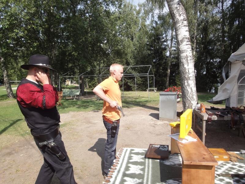 Viikinsaaressa oli tänäänkin paljon tekemistä ja nähtävää. Ennen muuta upea luonto ja luonnonsuojelualue, mutta myös lännen meininkiä. Entinen luokkakaverini Tomi Rehell veti kavereineen länkkärikylää ja yhtenä kisana kuka on nopein vetäjä. Veto minulla 0,83.