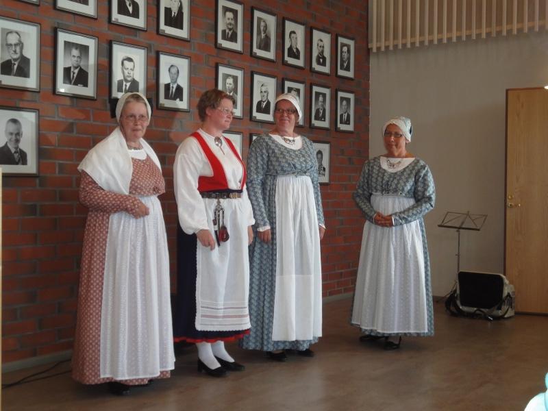 Tässä kolme Lopen Naisen pukua oikealta Tuula Pirisen, Anneli Vähätalon ja vasemmalla olevan Helena Törhösen päällä. Kolmas oikealta on puvun suunnittelija Minna Koskinen.