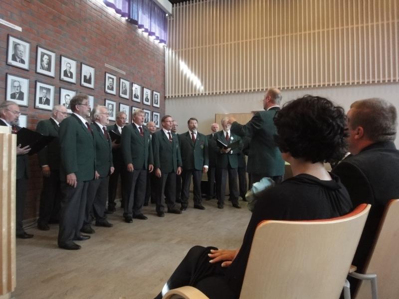 Lopen Mieslaulajat toivat juhlaan hienoa juhlantuntua esiintymällä Petri Lindbergin johdolla kahteen eri kertaan ja vielä juhlan lopuksi Lopen Laulunkin kanssa.