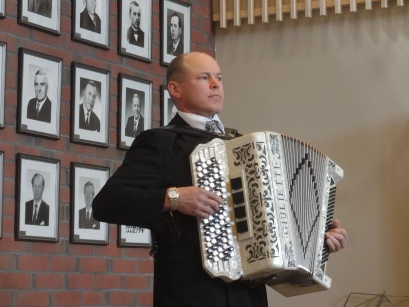 Loppilainen Seppo Lankinen juonsi Loppi Seuran 60-vuotisjuhlan omaan tuttuun hauskaan tyyliinsä. Ja harmonikka tietysti rinnalla koko ajan.