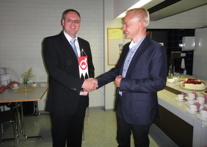 Kunnanjohtajamme Ilkka Salminen siirtyy nyt Jämsän kaupunginjohtajaksi. Tänään vietimme Ilkan läksiäisiä. Pidin Ilkalle puheen kuntalaisten ja kunnan luottamushenkilöiden puolesta ja myös toin lahjan omalta Lopen kokoomuslaiselta valtuustoryhmältä.