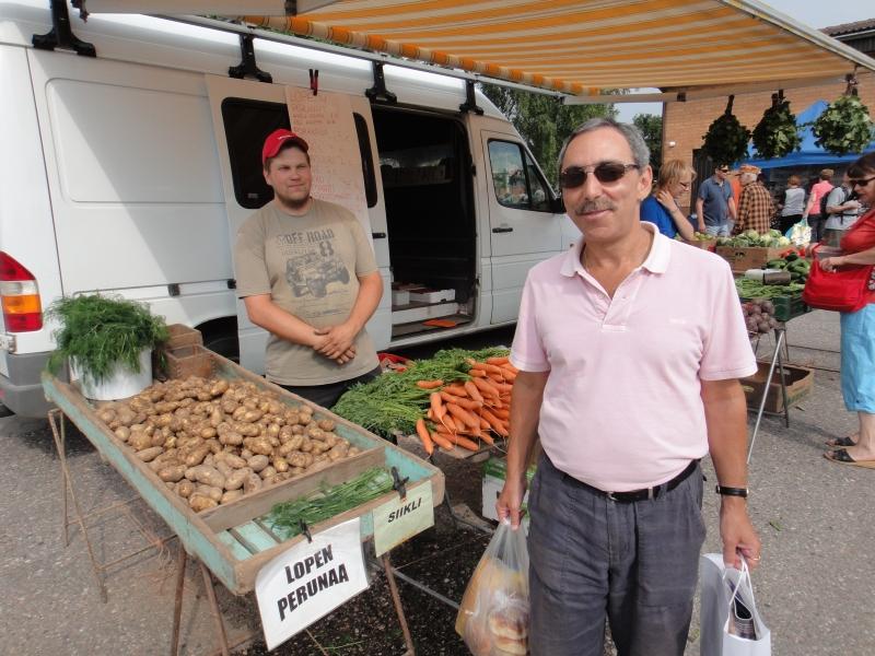 Ja tottakai Lopen perunaa Hausjärvelläkin. Myymässä naapurimme Hevosojalta Levoniemen Olli-Pekka.