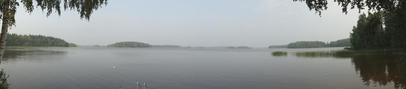 Ja savun sumentamaa Loppijärveä... nyt jo kello 22.22 aivan huikea ukonilma. Taivas lyö tulta.