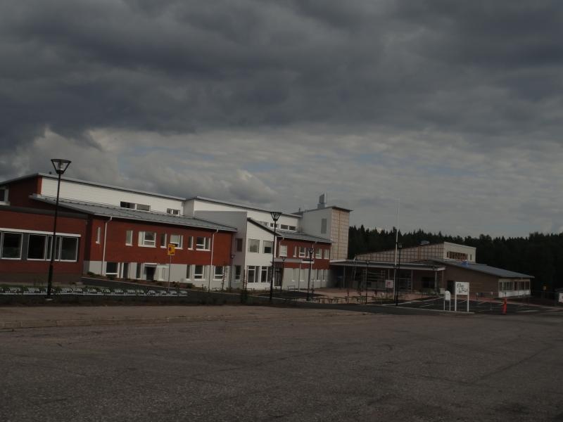 Tänään kävin jo toistamiseen ihastelemassa koulukeskuksemme uuden B-talon piha-alueita. Koulu jo valmis saneerausosaa lukuunottamatta ja nyt myös pihat upeassa kunnossa. Ensi kuussa saamme Lopelle Opetusministeri Henna Virkkusen vihkimään uuden koulun käyttöön.