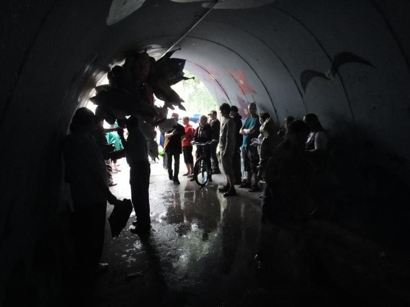 Kun sade Asikkalassa yllätti niin Ben jatkoi kampanjointia tunnelissa. Hauska tunnelma kun vettä tulvi kummastakin päästä putkeen.