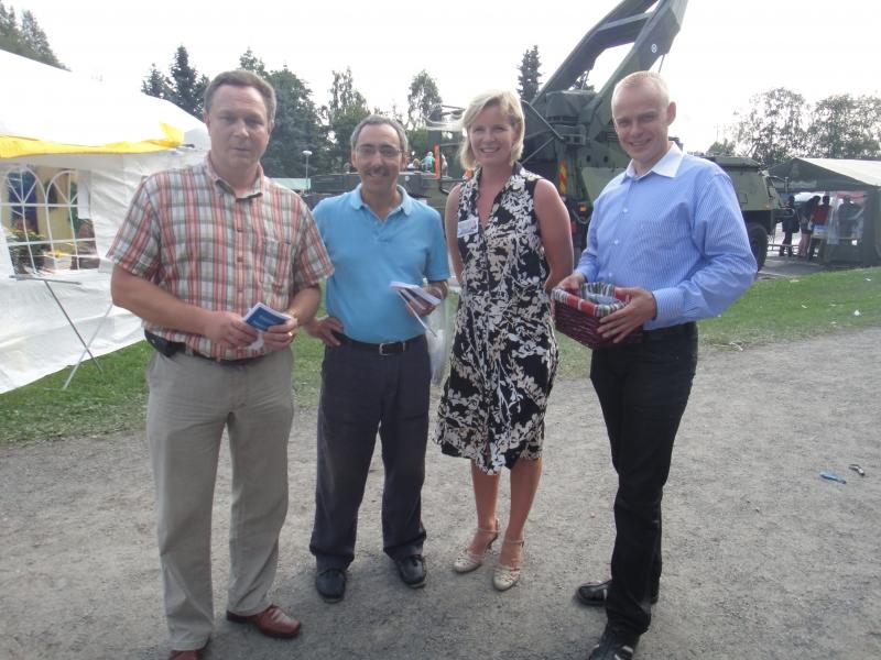 Kampanjateamiä Elomessuilla; Timo Saviniemi, Ben Zyskowicz, Sari Rautio ja minä.