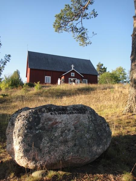 Vanhan kirkkomme rinteeseen on haudattu myös kirjailija, tutkimusmatkailija Sakari Pälsi. Kirkko on maamme vanhin käytössä oleva puukirkko. Herttainen.