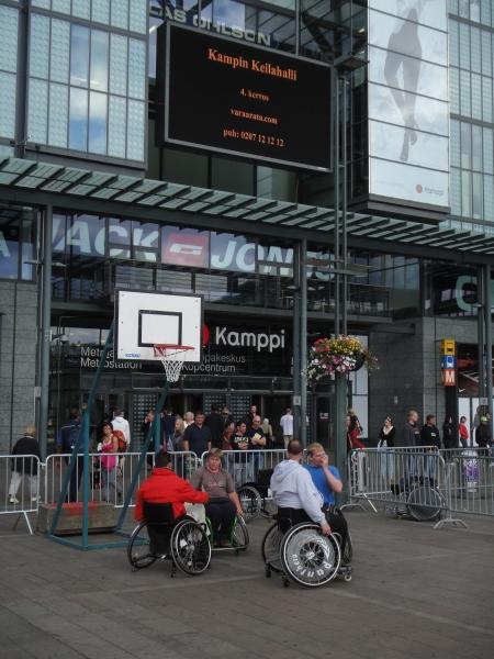 Tänään pääsin seuraamaan Narinkkatorilla upeaa Paralympiakomitean järjestämää esittelytilaisuutta. Huikeita suorituksia ja mikä hienointa pääsi myös itse kokeilemaan.